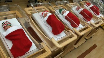 美国匹兹堡大学医院,圣诞夜出生的小婴儿都被包裹在圣诞袜里,送到父母手中……这可能是最好的圣诞礼物