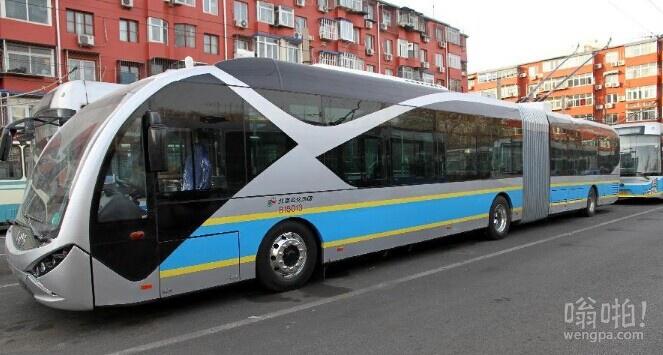 北京18米长新型电动公交车亮相 网友:电鲶鱼