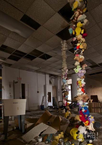 我走进一个废弃的学校,发现一些巨大的旧娃娃和毛绒玩具的堆积