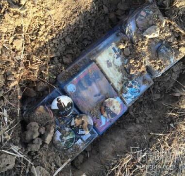 得知周杰伦结婚后,推特上一位女粉丝伤心的把周董的cd唱片都埋起来了
