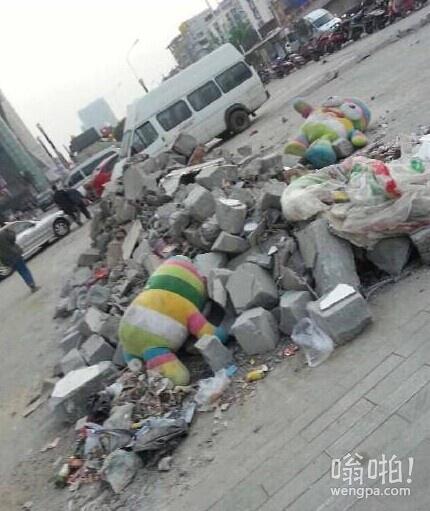过气网红的悲惨生活:搬砖累死在街头。