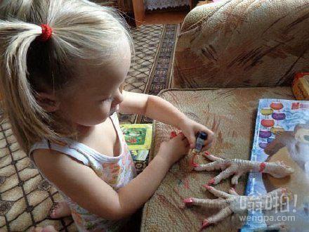 女儿喜欢研究指甲油 我们买了这个让她练习