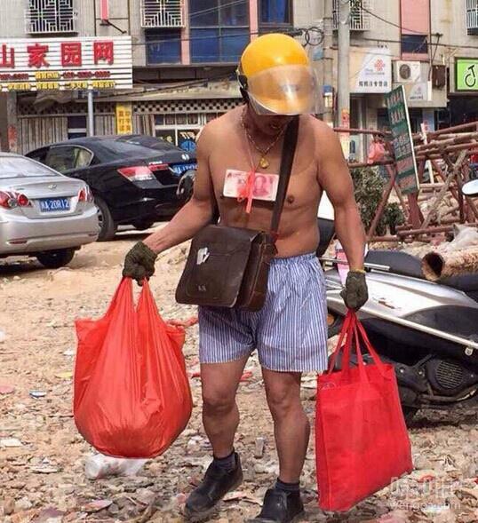 """福建""""炫富哥""""高调炫富 身吊百元大钞赤膊上街 网友:有钱任性"""