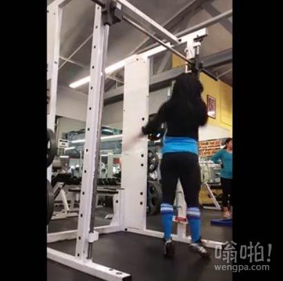 """【视频】美女健身房表演""""单杠舞"""",这轻盈的步伐。。。太牛了"""