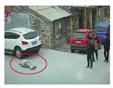 老人摔倒8分钟后遭碾压视频:监控记录老人街头摔倒后无人扶遭碾压拖行