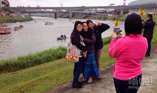 复兴航空客机坠机现场市民排队摆V胜利手势拍照留念