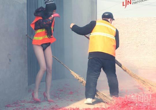 【组图】丝袜美腿女模放鞭炮穿比基尼与清洁工扫鞭炮纸  年味十足