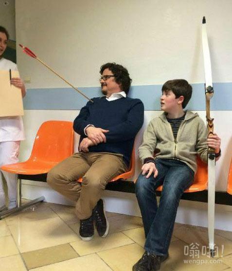 reddit上医院里的父子。少侠好箭法,巨侠好淡定.