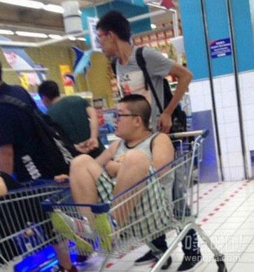 小伙你这么逛超市你妈妈知道吗