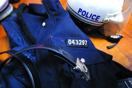 监控还原上海司机拖死交警过程 宝马X3不服指挥强行左转带飞交警