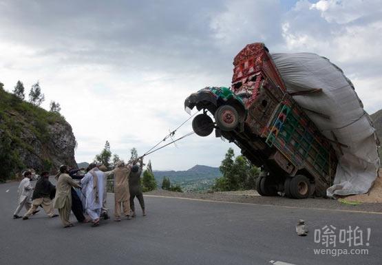 一群巴基斯坦猎人试图驯服卡车