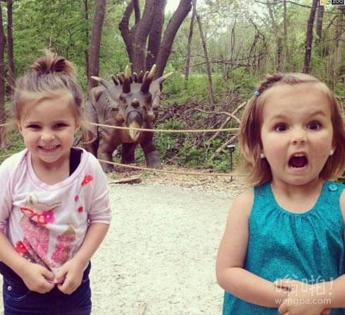女汉子和萝莉看到恐龙的两种反应