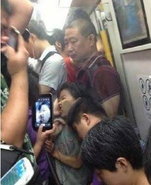 早高峰挤地铁