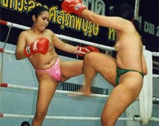 【组图】实拍泰国女子裸体拳击赛 女拳手裸露上身激情格斗