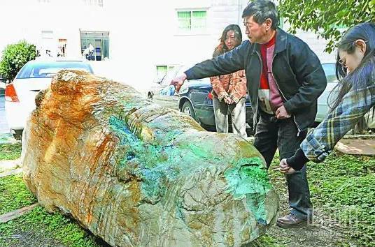 """老汉捞出清代5吨重""""翡翠原石"""" 值数十亿_满绿_翡翠原石价格-1"""