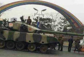 视频实拍坦克追尾货车呗戏称最牛交通事故:长春一军用坦克追尾货车