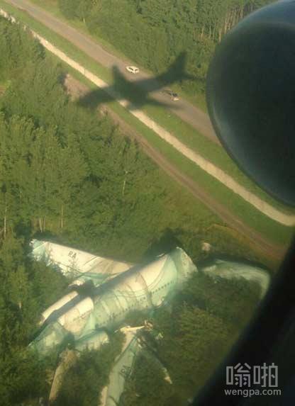 坠毁的飞机给降落的其它飞机提个醒