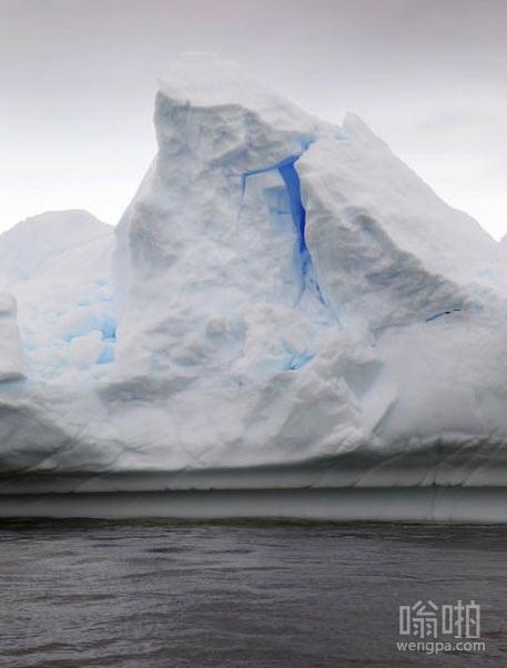 南极冰山内部发出蓝色的光