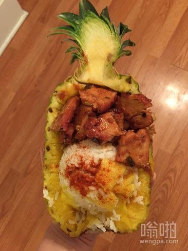 菠萝套餐?嗯,我做了一个红烧鸡肉咖喱菠萝饭。