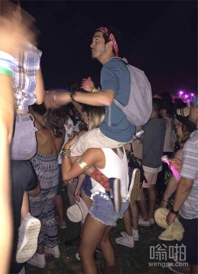 哎宝贝我看不到舞台上,你可以把我放到肩膀上?
