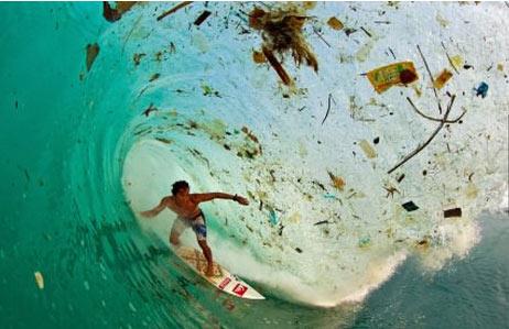 在印度尼西亚爪哇冲浪