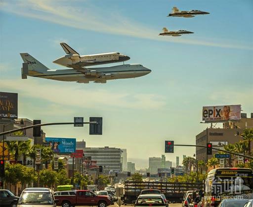 航天飞机由一个747携带,两架F-18的护航...
