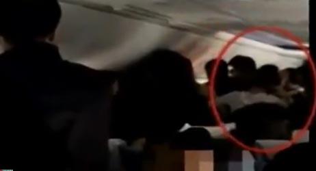 4名女子飞机上互踹斗殴视频截图