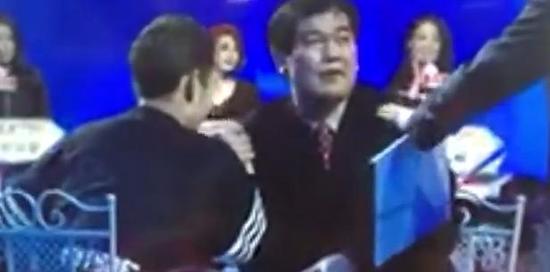 《非诚勿扰》观众上台暴揍男嘉宾萧泽轩被删视频 牵完手就撕X