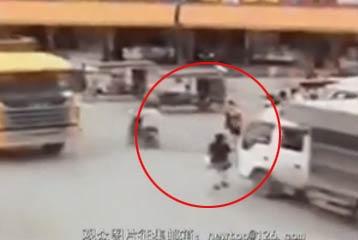 过马路看手机的后果:视频实拍女子边打手机边过马路 被车撞飞后遭碾压