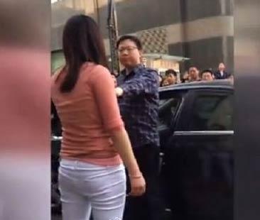 """包女人玩学生:视频实拍妻子因丈夫外遇当街砸车骂其""""包女人玩学生"""""""