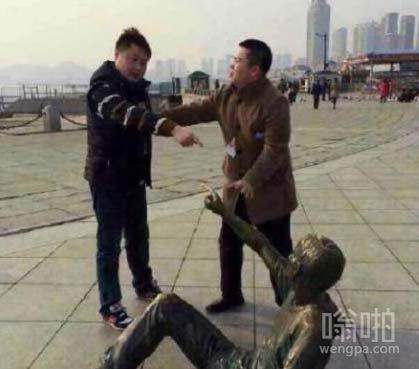 给我起来,看我打不死你!哥,哥,消消气,别和他一般见识!