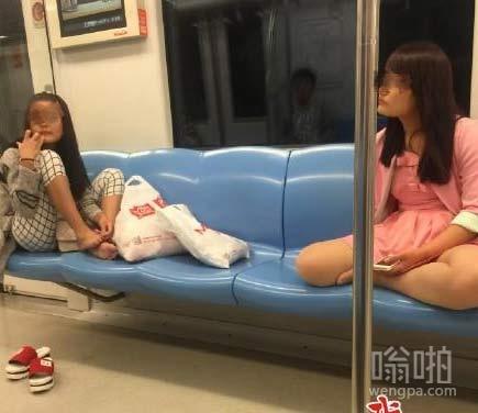 地铁不文明行为之南京抠脚女  把地铁座位当自家沙发了