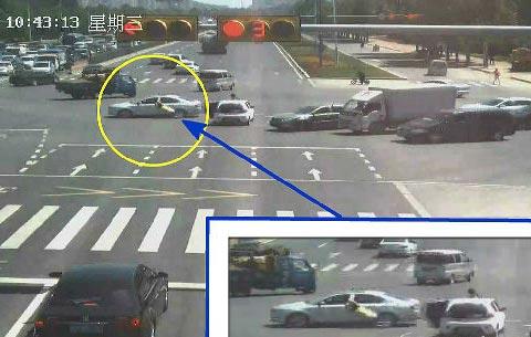 【视频】两车主斗气 女司机下车理论被拖行10米