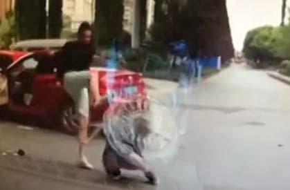 女司机变道被打:视频实拍男子爆踹突然变道女司机头部