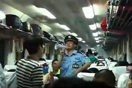 视频:火车上乘警东北话提示乘客防盗 说相声一般 小偷都笑了
