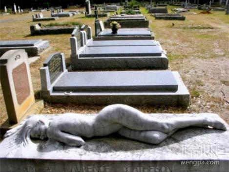 由遗孀委托一块墓碑展现了她永恒的爱她的丈夫。