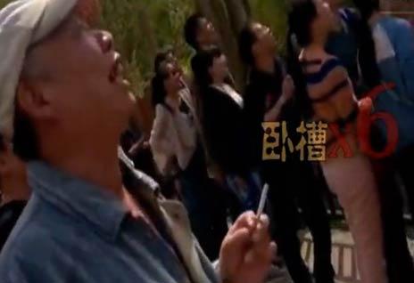 """卧槽大爷视频:北京欢乐谷大爷看过山车一口一个""""卧槽""""笑翻围观群众"""