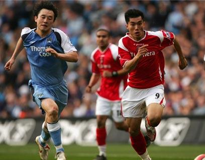 2007英超联赛查尔顿对阵曼城,郑智与孙继海在英超赛场相遇,难得的一幕。