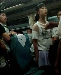 实拍火车上东北女孩骂脏话被抽耳光 小姑娘太拽了!
