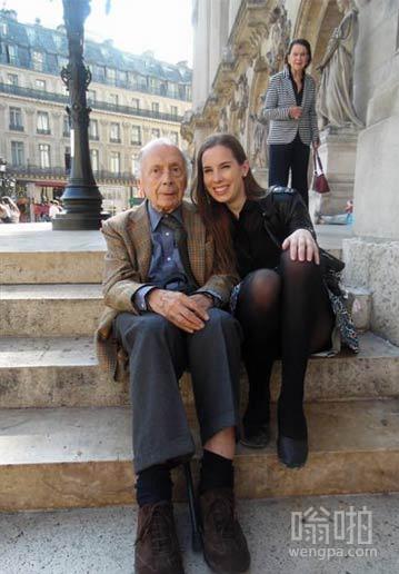 我的朋友在巴黎跟一个孤独的老人合影。显然,他有妻子。