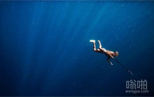 马来西亚渔民自由潜水捕鱼