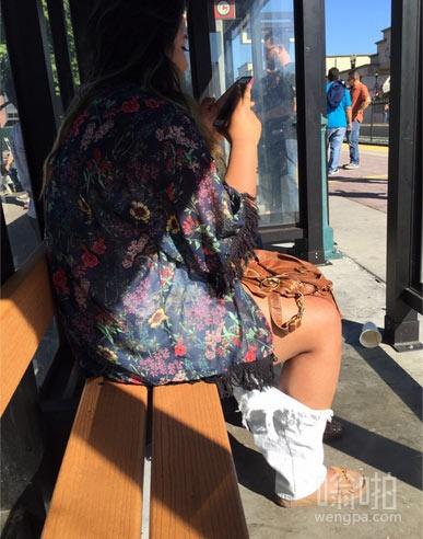 盯了她的腿看了好久,原来那是牛仔裤?