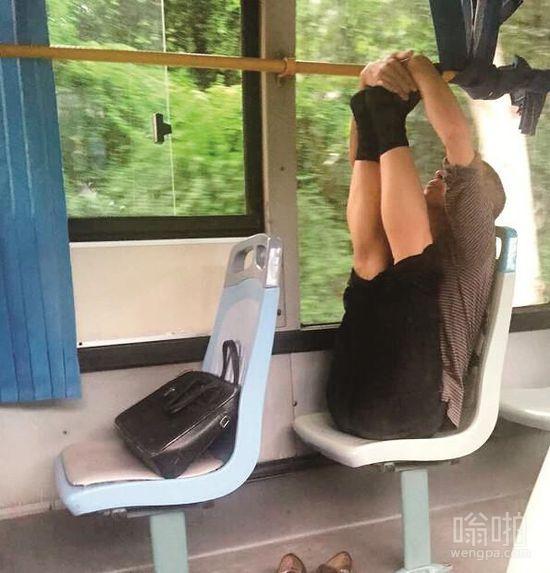 男子公交上练瑜伽 一路从武昌练到汉口