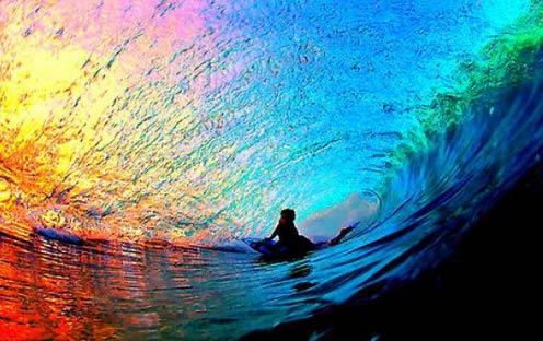 绚烂的晚霞的照片,从波浪的内部拍摄。
