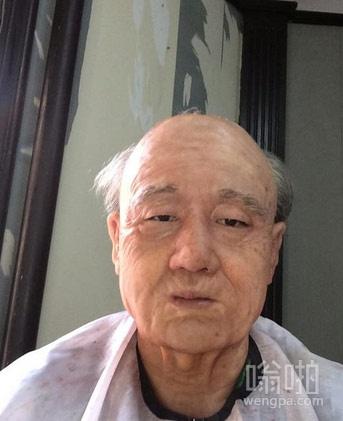 你们来猜猜这个老年人是哪个明星?