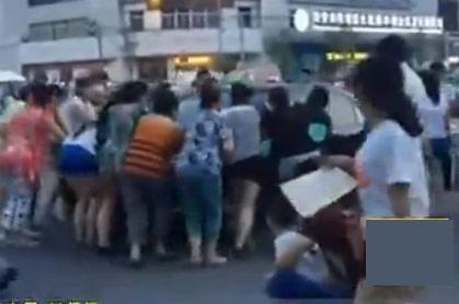 西安大妈为跳广场舞 合力把广场上的3辆轿车生生推开