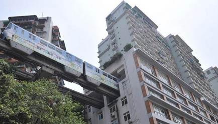 重庆轻轨穿过大楼