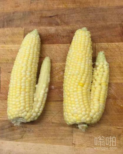 超市买的两个大玉米棒子 晚上就吃它了