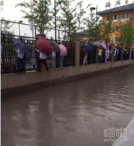 下雨天,首都人民有特殊的上班方式