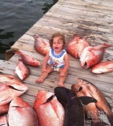 这孩子被鱼包围了